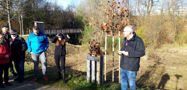 Übergabe der Roteiche und der Skulptur von Bruno Kukla an die Öffentlichkeit